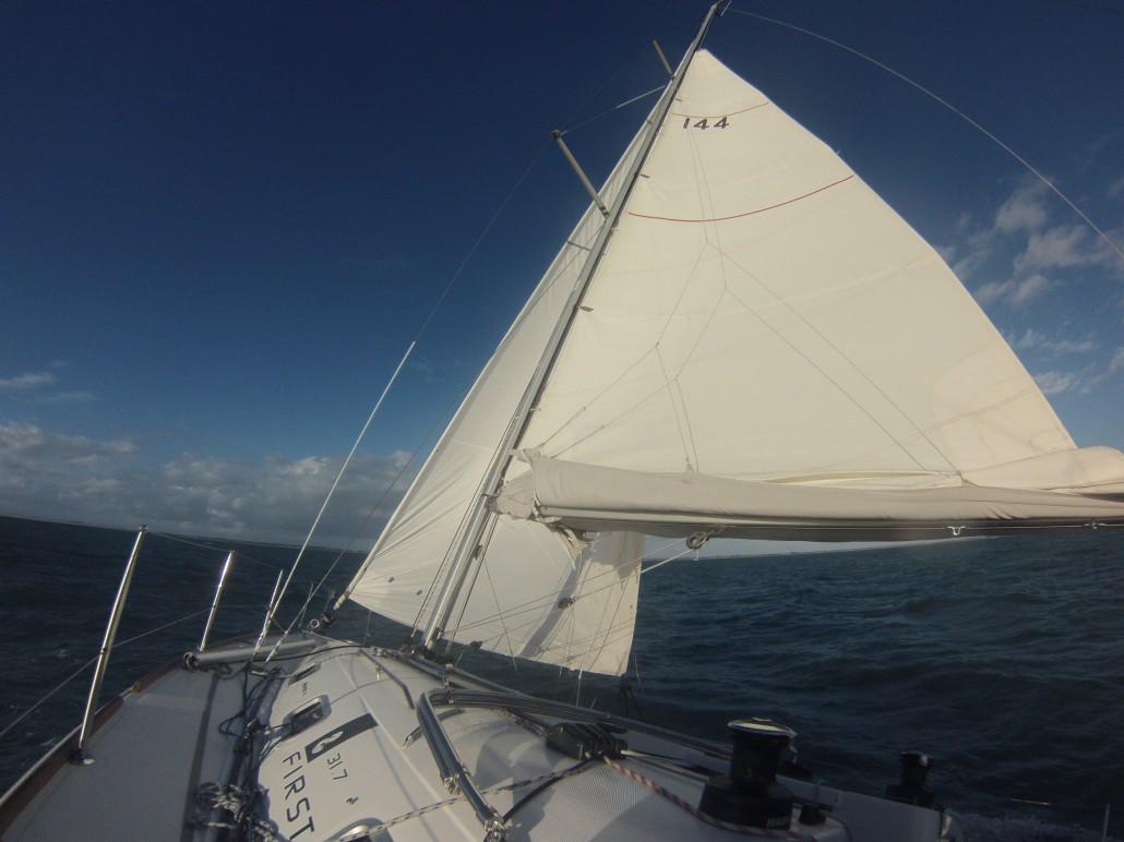 R duire la voilure prendre un ris apprendre faire de la voile by true sailor - Comment mettre un voile d hivernage ...